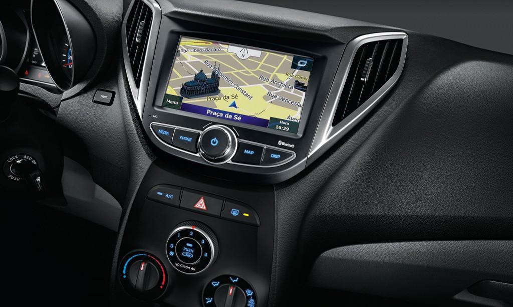 Hyundai HB20 ou Chevrolet Onix 2017 - por dentro