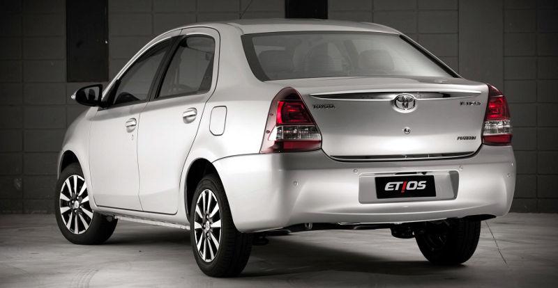 Nissan Versa ou Toyota Etios 2017 - itens de série